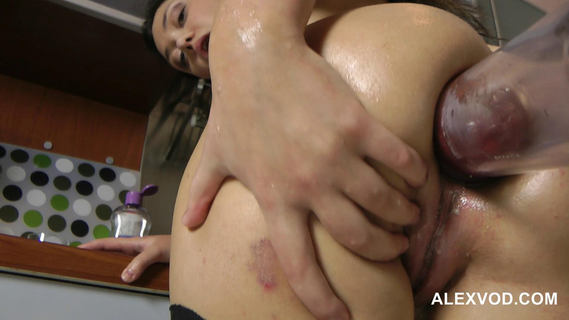 Порно засовывают руку до локтя домины порно